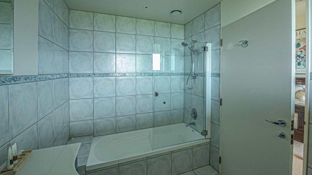 chagall-suite-bath-tub-vacation-rental-in-bleinhem-new-zealand-mountainview-villa-nz