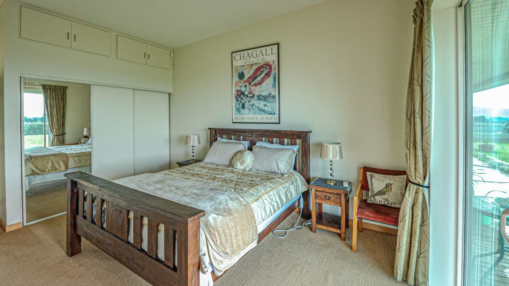chagall-suite-cabinet-vacation-rental-in-bleinhem-new-zealand-mountainview-villa-nz