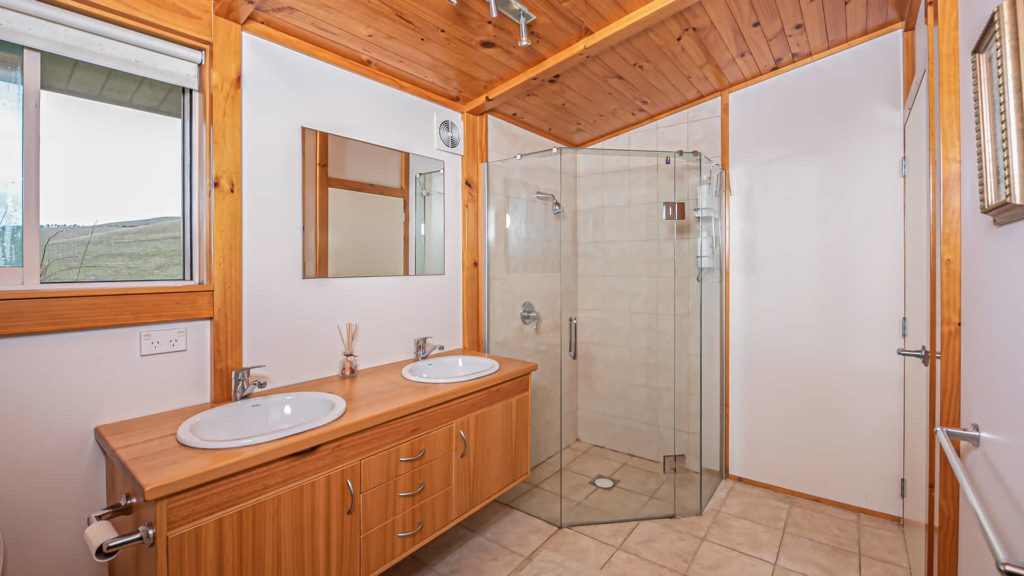 cloudy-bay-suite-bathroom-vacation-rental-in-bleinhem-new-zealand-mountainview-villa-nz