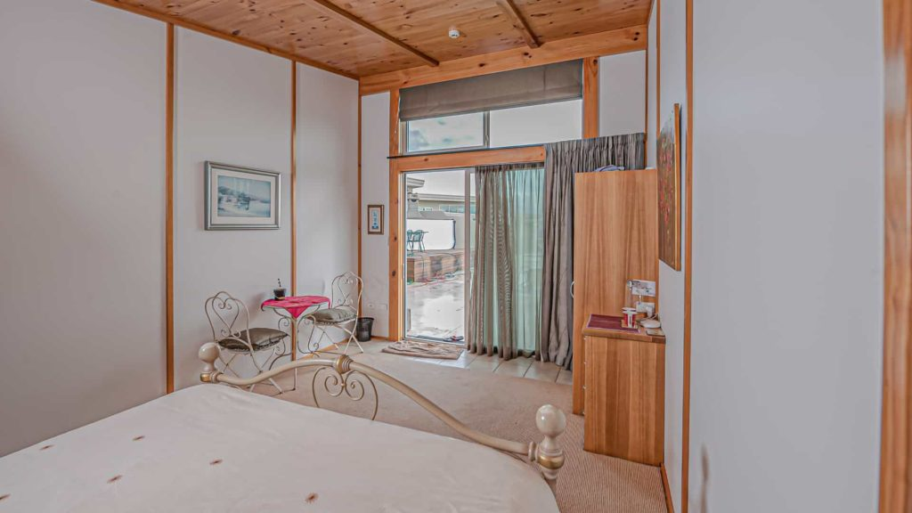 cloudy-bay-suite-french-door-vacation-rental-in-bleinhem-new-zealand-mountainview-villa-nz