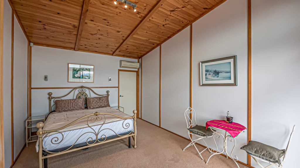 cloudy-bay-suite-tea-table-vacation-rental-in-bleinhem-new-zealand-mountainview-villa-nz
