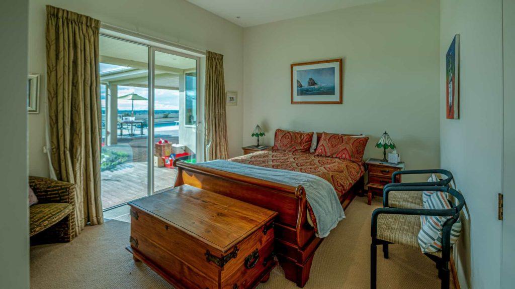 marlborough-suite-bed-and-window-vacation-rental-in-bleinhem-new-zealand-mountainview-villa-nz