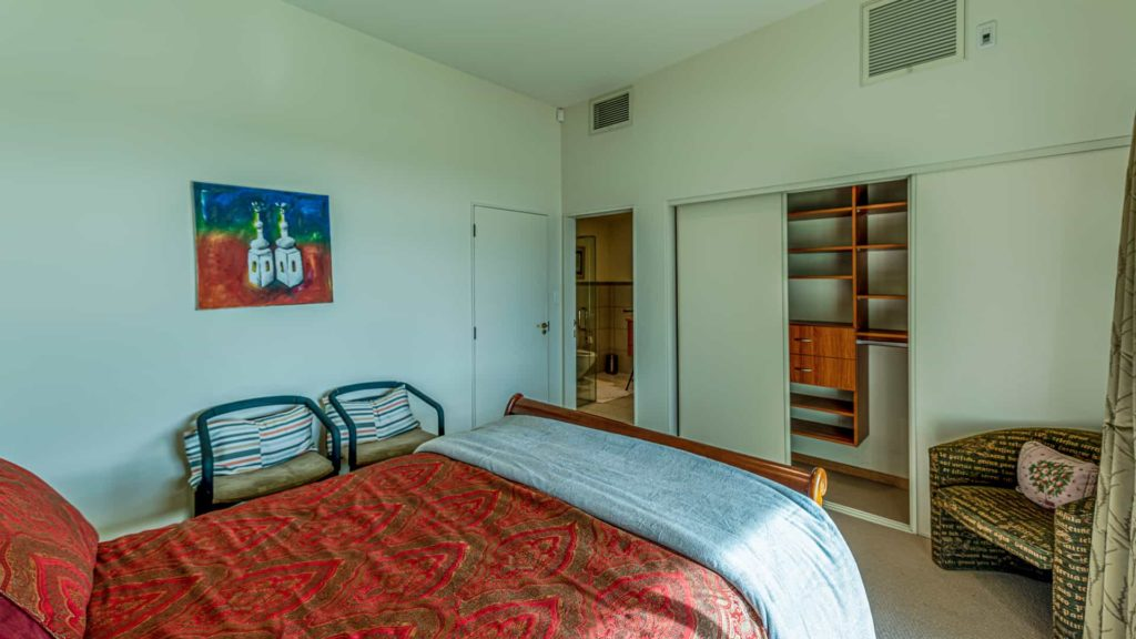 marlborough-suite-closet-vacation-rental-in-bleinhem-new-zealand-mountainview-villa-nz