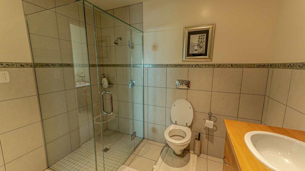 marlborough-suite-shower-vacation-rental-in-bleinhem-new-zealand-mountainview-villa-nz