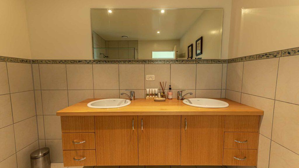 marlborough-suite-vanity-vacation-rental-in-bleinhem-new-zealand-mountainview-villa-nz