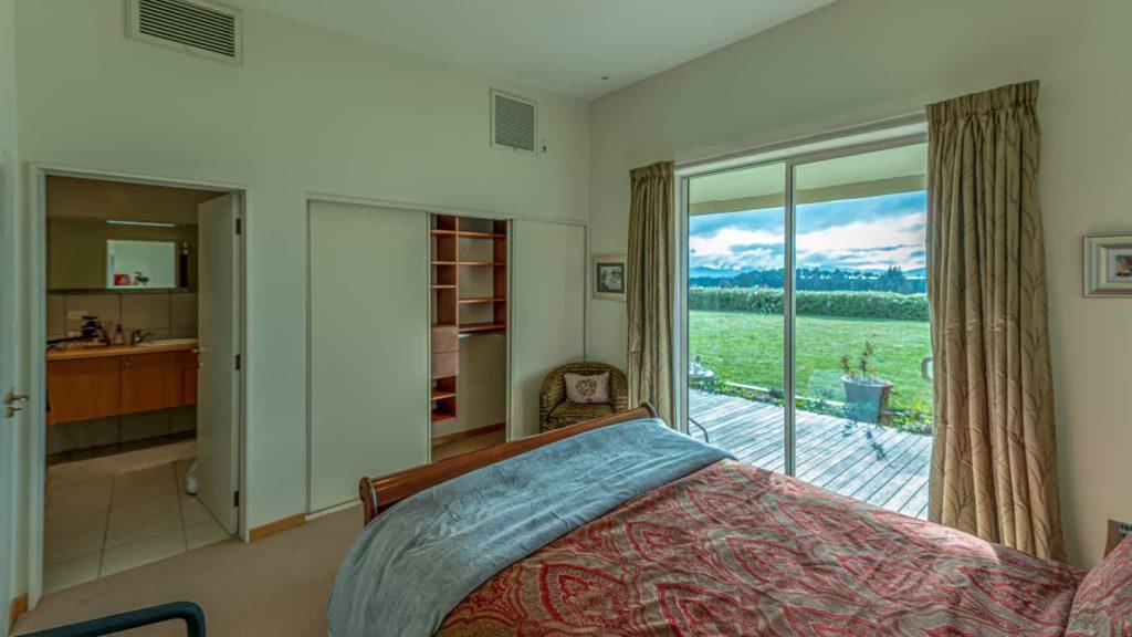 marlborough-suite-window-vacation-rental-in-bleinhem-new-zealand-mountainview-villa-nz