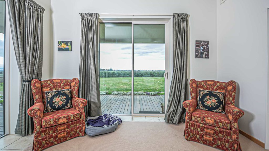 mountainview-suite-sofa-vacation-rental-in-bleinhem-new-zealand-mountainview-villa-nz