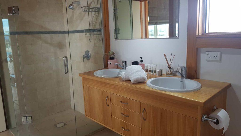 ocien-view-bathroom-vacation-rental-in-bleinhem-new-zealand-mountainview-villa-nz