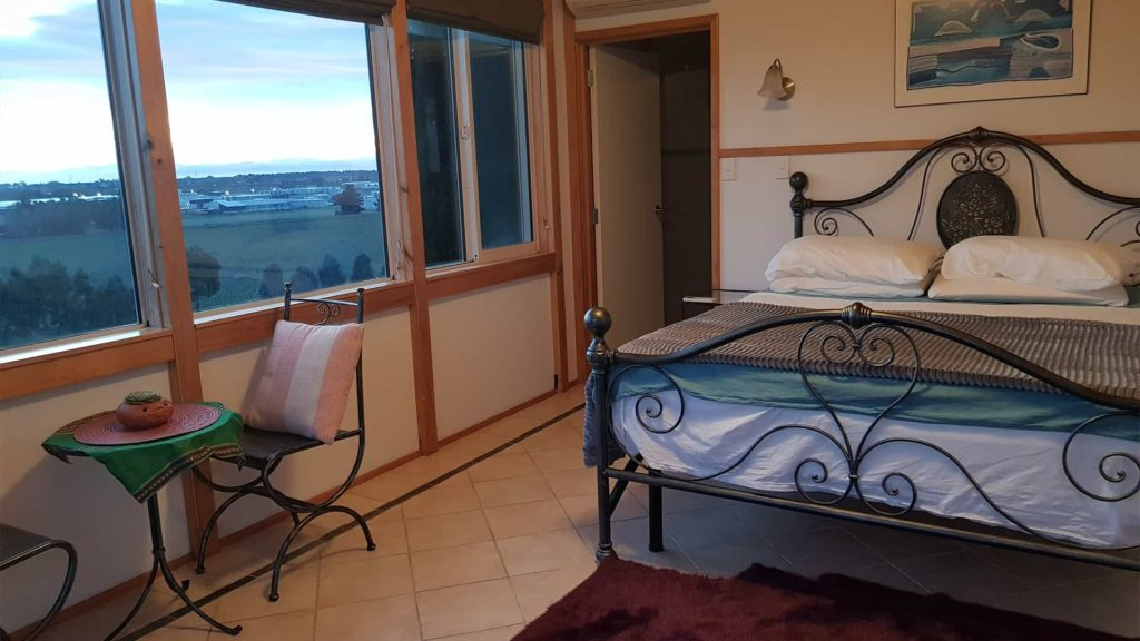 ocien-view-suite-window-view-vacation-rental-in-bleinhem-new-zealand-mountainview-villa-nz
